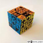 cubo multicolore di artista Burnex