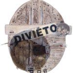 ovale di legno vecchio con scritta DIVIETO , opera di C. Buttignol